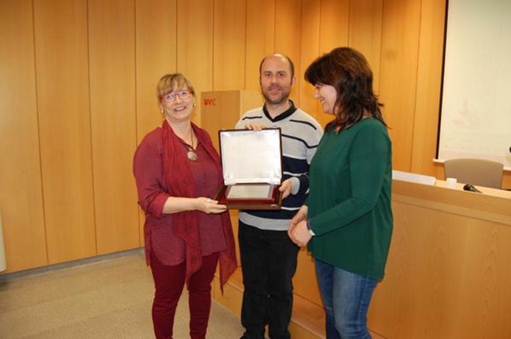 Lola López, a l'esquerra, amb Rafa Besoli, durant el lliurament del premi. Font: BCN Intercultural
